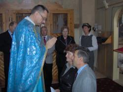 ks.Marek błogosławi.jpg - Prijatie Charty 1.10.2011