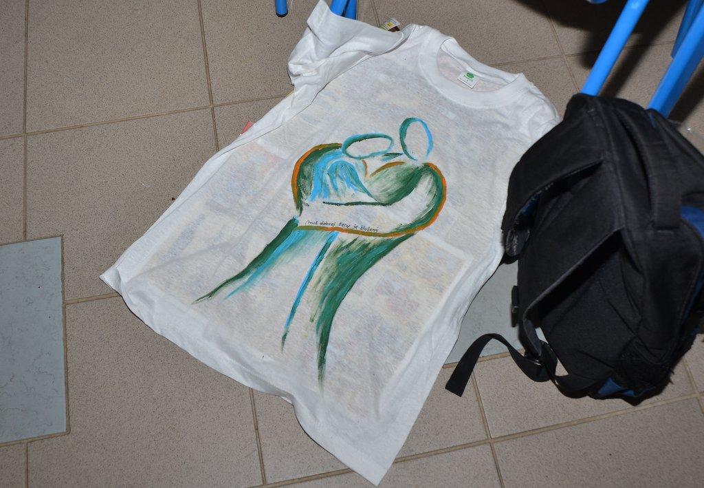 DSC_0596.JPG - Vzájomné manželské obdarovanie sa vlastnoručne namaľovaným tričkom