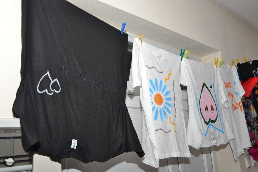 DSC_0604.JPG - Vzájomné manželské obdarovanie sa vlastnoručne namaľovaným tričkom